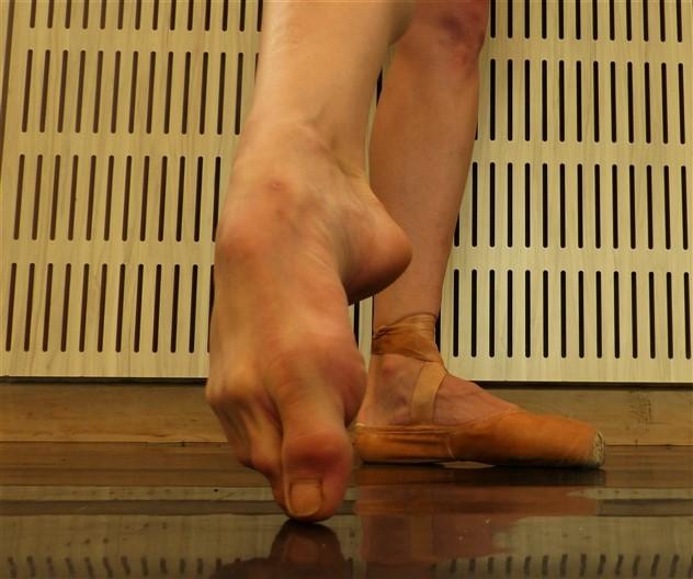 Los pies de una bailarina de ballet