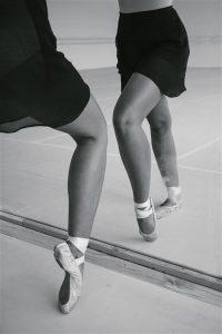 consecuencias de bailar ballet Bailarina clásica frente a un espejo