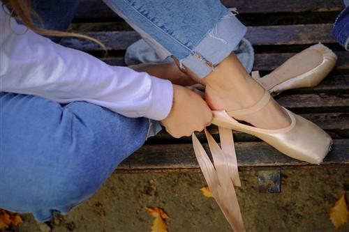 como poner las cintas a las zapatillas de ballet